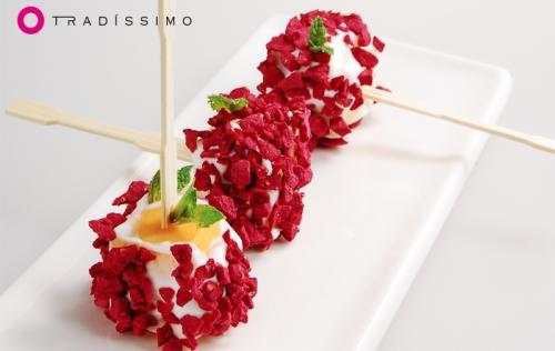 Brocheta de melocotón, queso y frambuesa crunch